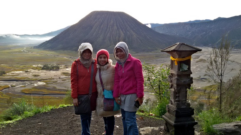 Kami dengan latar belakang gunung Batok, Bromo